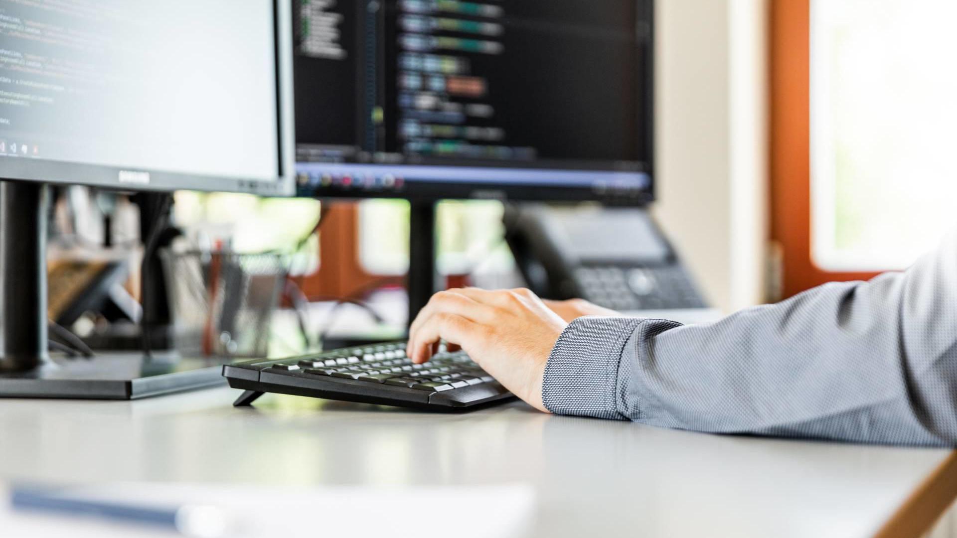 Hände auf Tastatur programmieren